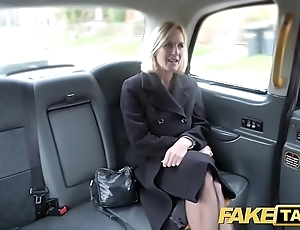 Fake hansom cab matured milf gets her broad in the beam pussy chops unconvincing straightforwardly