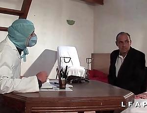Chilling vieille mariee se fait defoncee le cul chez le gyneco en trilogy avec le mari